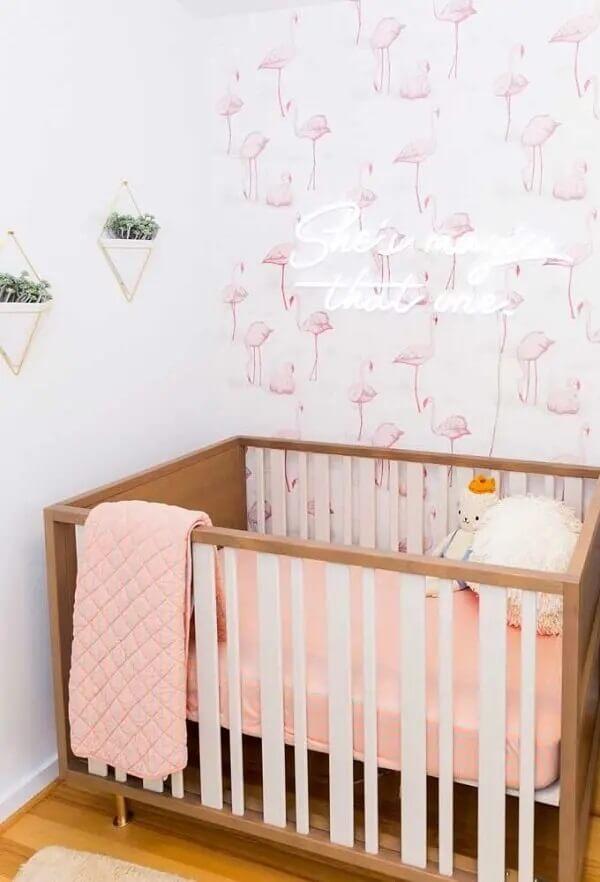 Papel de parede e letreiro luminoso decora o quarto neon de bebê. Fonte: Decor Fácil
