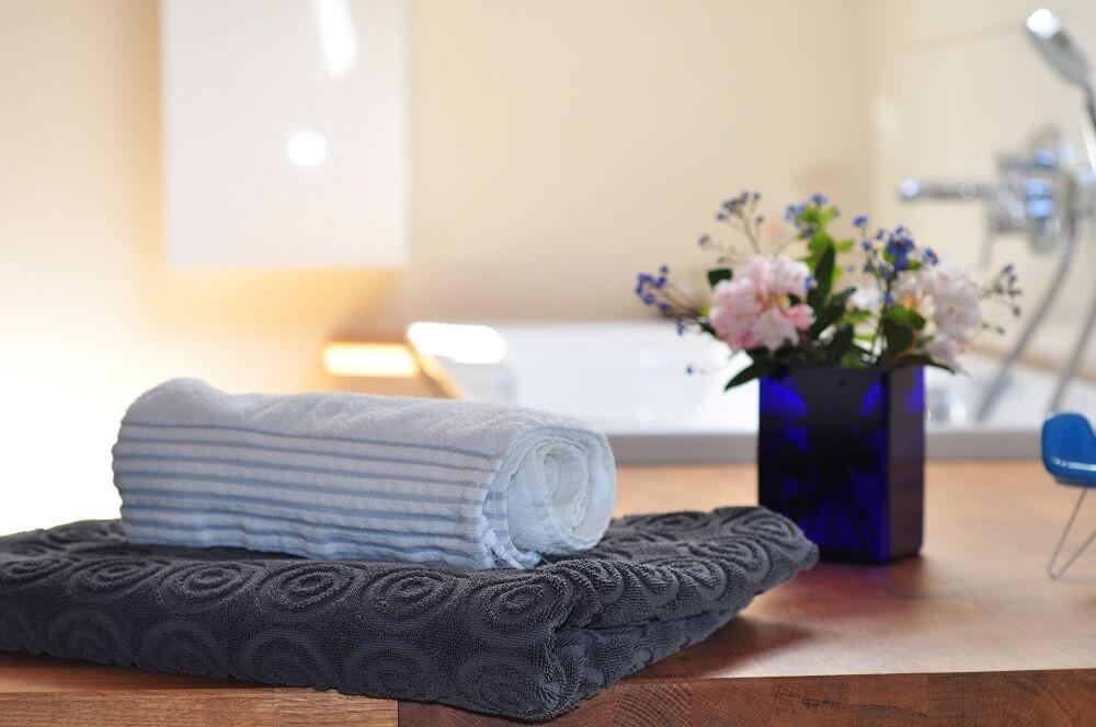 Para decorar lavabos e banheiros procure combinar flores que suportam a umidade. Fonte: Creating My Happiness