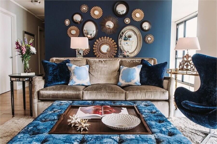 Parede com espelho na sala de estar azul decorada com sofá marrom Foto Design Homes
