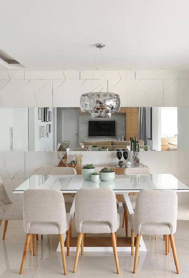 Parede com espelho na sala de jantar decorada em revestimento 3D e lustre redondo  Foto Decor Fácil