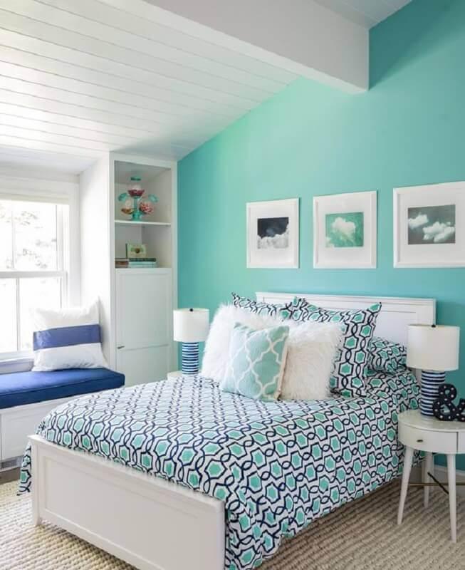 Parede cor ciano para decoração de quarto branco planejado Foto Home Fashion Trend