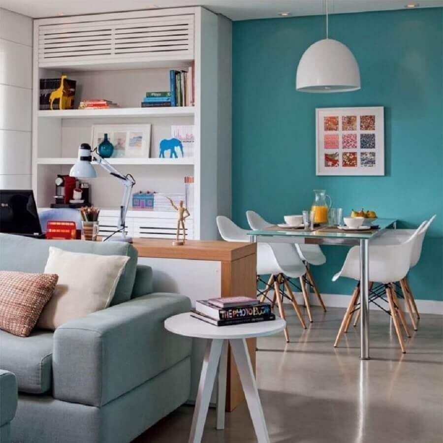 Parede cor ciano para decoração de sala de estar e jantar integradas Foto Marina Carvalho