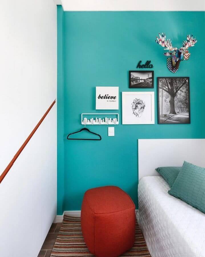 Parede cor ciano para quarto branco decorado com puff vermelho Foto Inside Arquitetura e Design