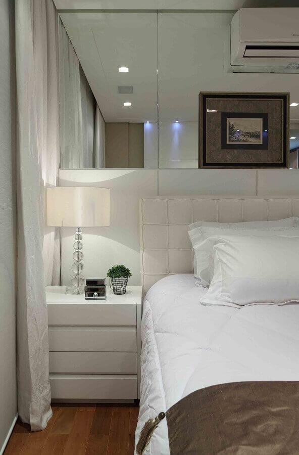 Parede espelhada para quarto branco decorado com cabeceira almofadada Foto Decor Fácil