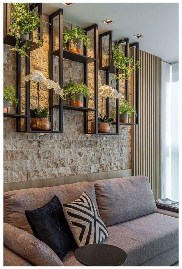 parede rustica para decoração de sala com plantas em prateleira industrial Foto Estofos PT