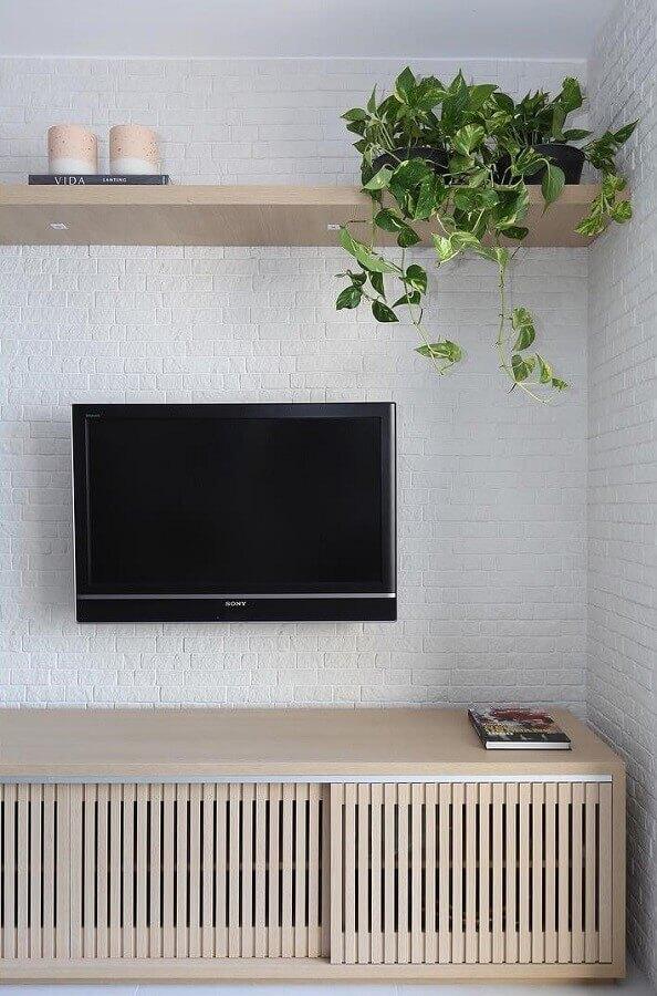 Parede tijolinho branco para decoração de sala com plantas e rack de madeira Foto Bianchi e Lima Arquitetura