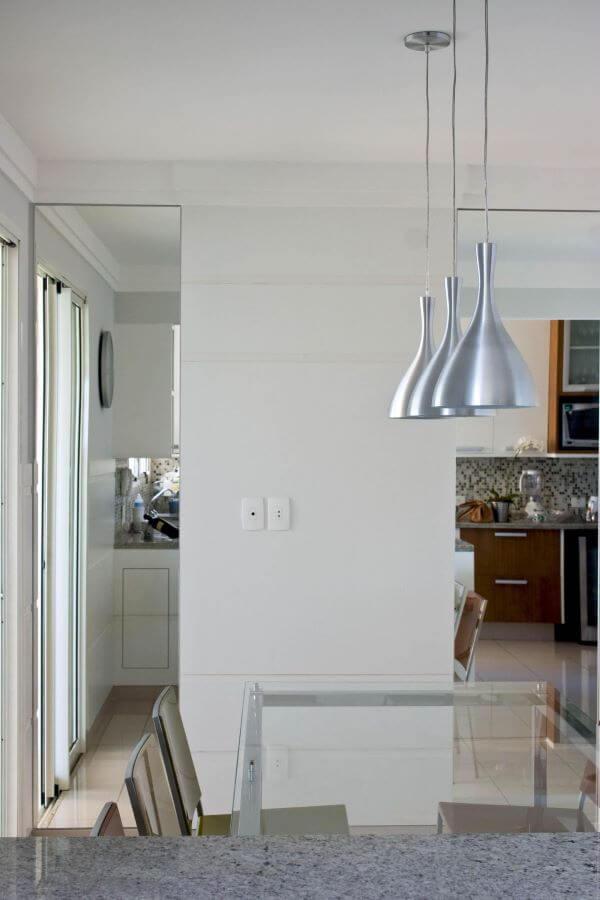 Pendentes na cor prata para mesa de jantar de vidro