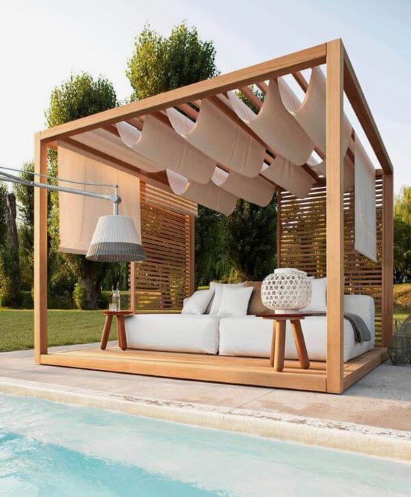 Pergolado de madeira com sofá chaise área externa offwhite