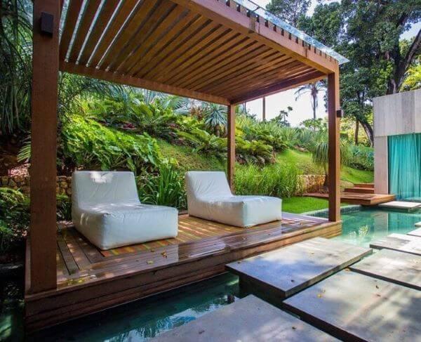 Pergolado na piscina com chaise área externa impermeável