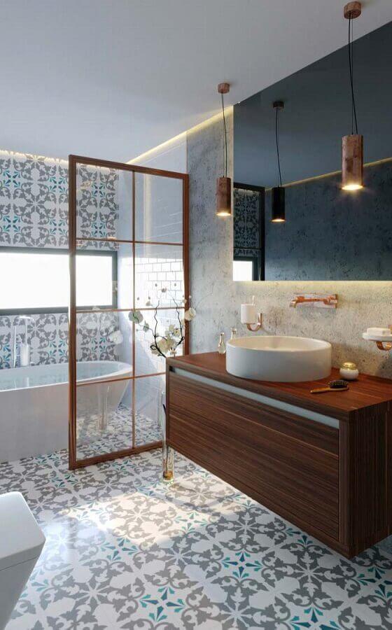 Piso estampado para banheiro bonito decorado com gabinete de madeira suspenso e banheira Foto Arkpad