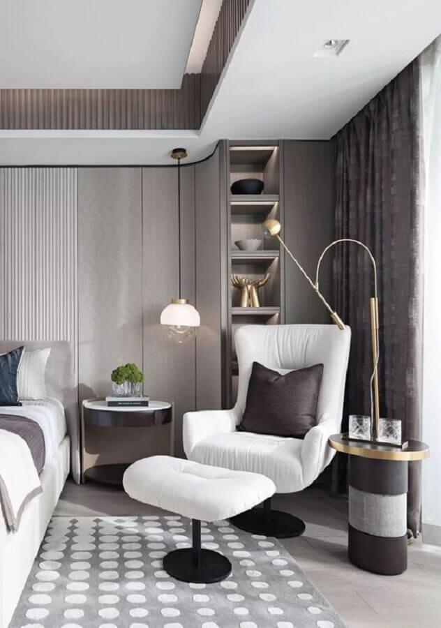 Poltrona branca para quarto cinza moderno decorado com luminária pendente Foto Casa Tres Chic