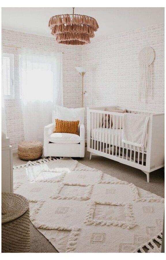Poltrona branca para quarto de bebe decorado em cores claras Foto Home Fashion Trend