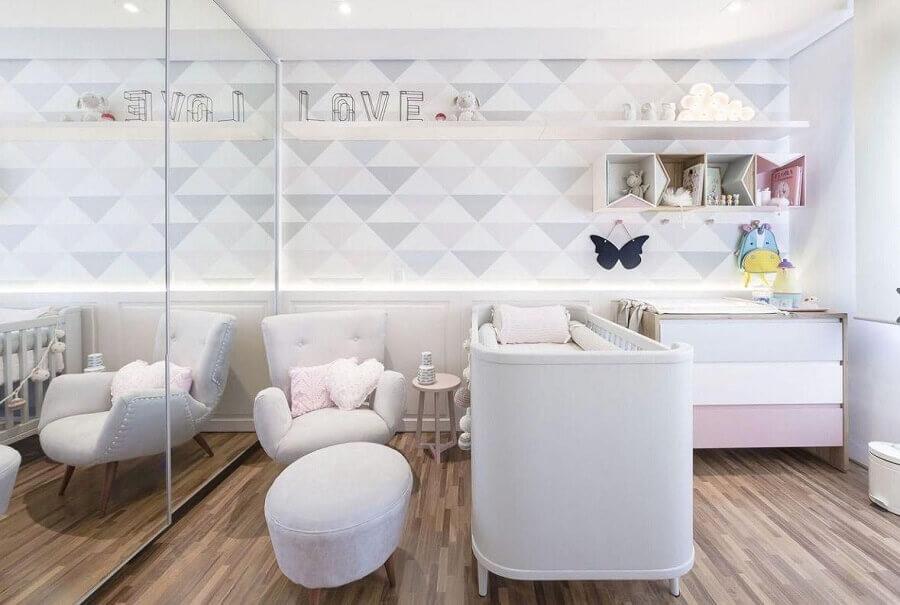 Poltrona branca para quarto de bebe moderno decorado em cores claras com papel de parede geométrico Foto Figueiredo Fischer