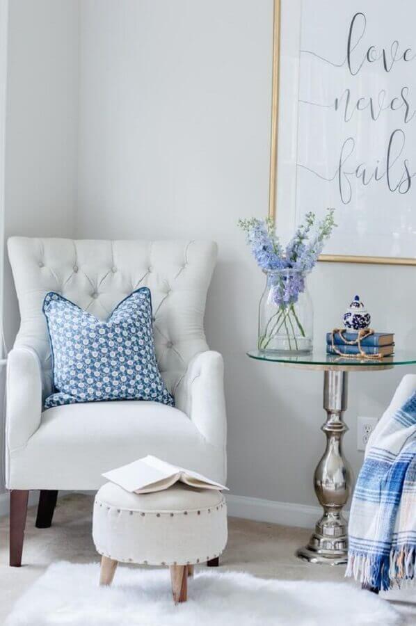 Poltrona branca para quarto decorado azul e branco Foto The Home I Create