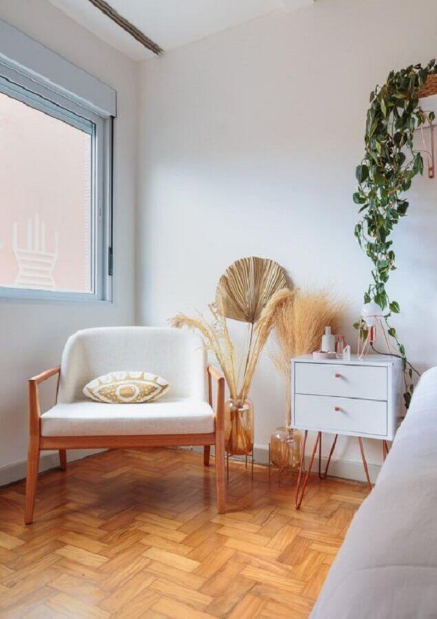 Poltrona branca para quarto decorado com criado mudo retro Foto Felco