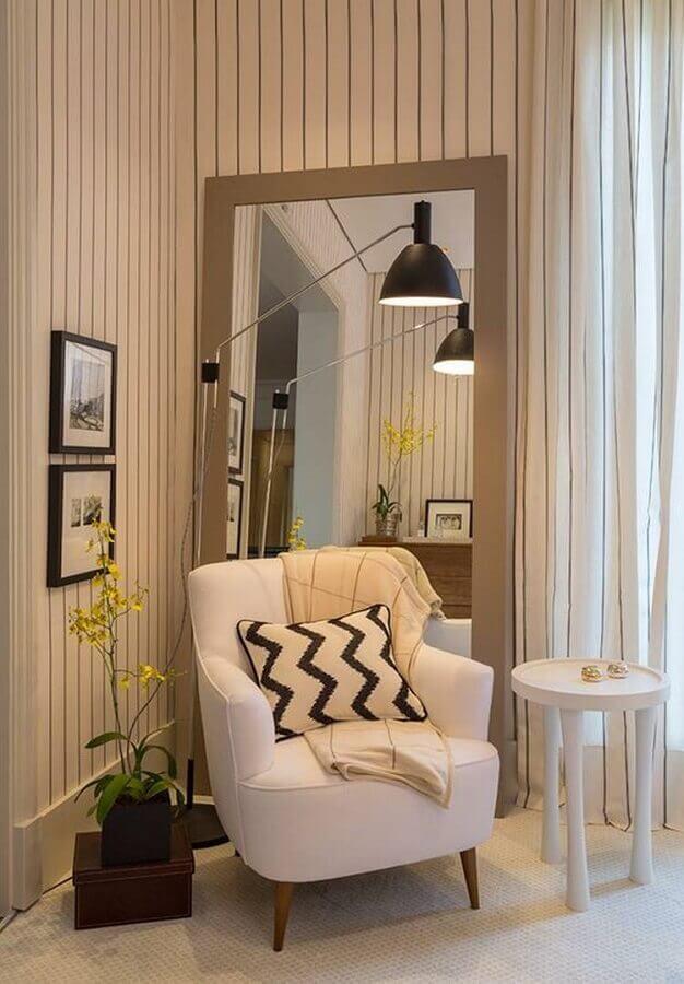 Poltrona branca para quarto decorado com espelho de chão Foto Casa Vogue