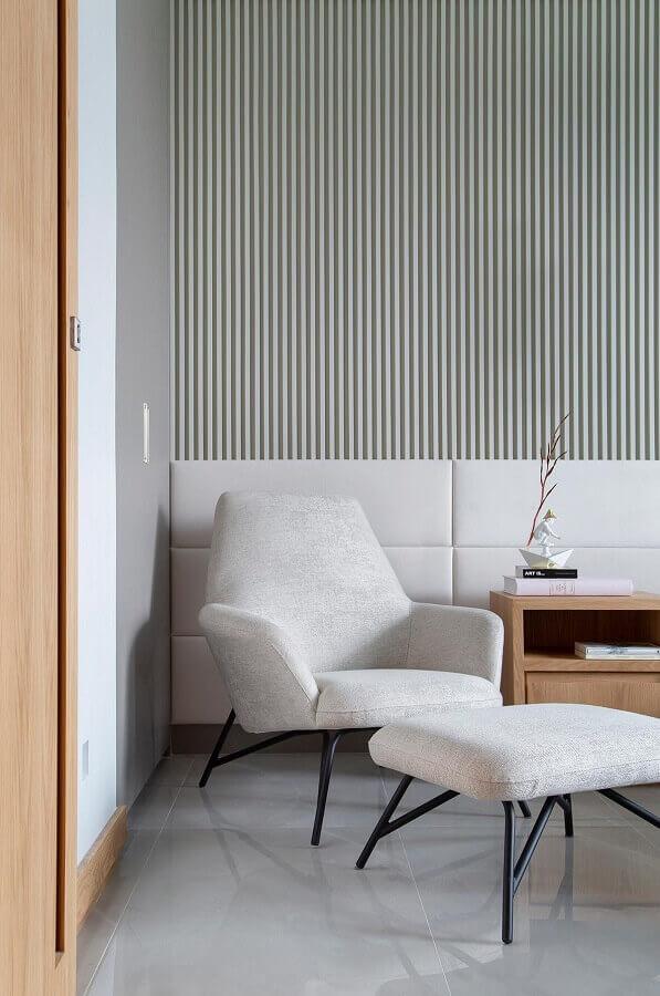 Poltrona branca para quarto moderno decorado com cabeceira estofada e painel ripado Foto Da Hora Arquitetura