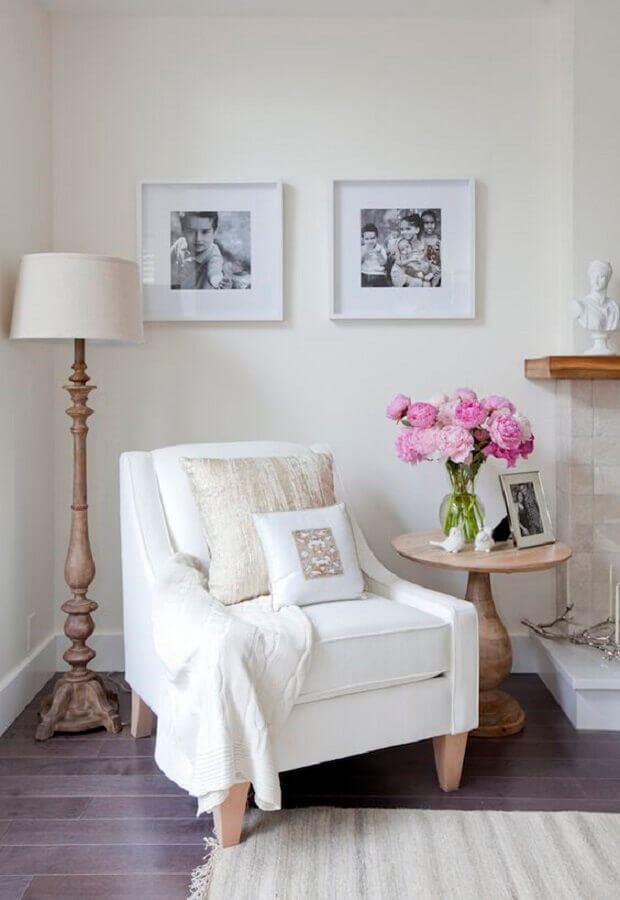 Poltrona branca para sala clássica decorada com abajur de chão Foto Jillian Harris