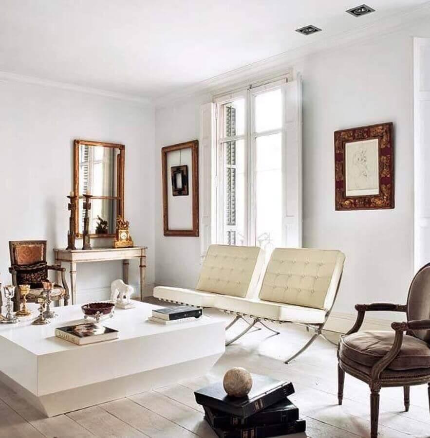 Poltrona branca para sala clássica decorada com mesa de centro quadrada Foto Apartment Therapy