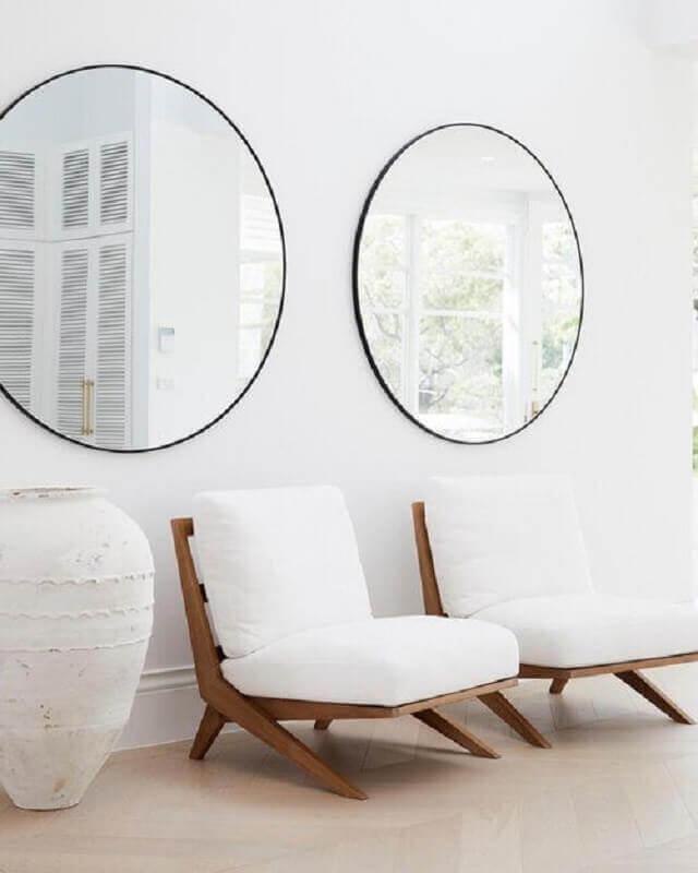 Poltrona branca para sala de estar decorada com espelho redondo Foto  Three Birds Renovations