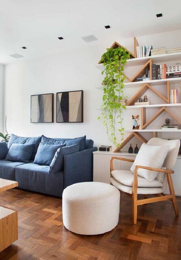 Poltrona branca para sala de estar decorada com sofá azul Foto Studio Drummond
