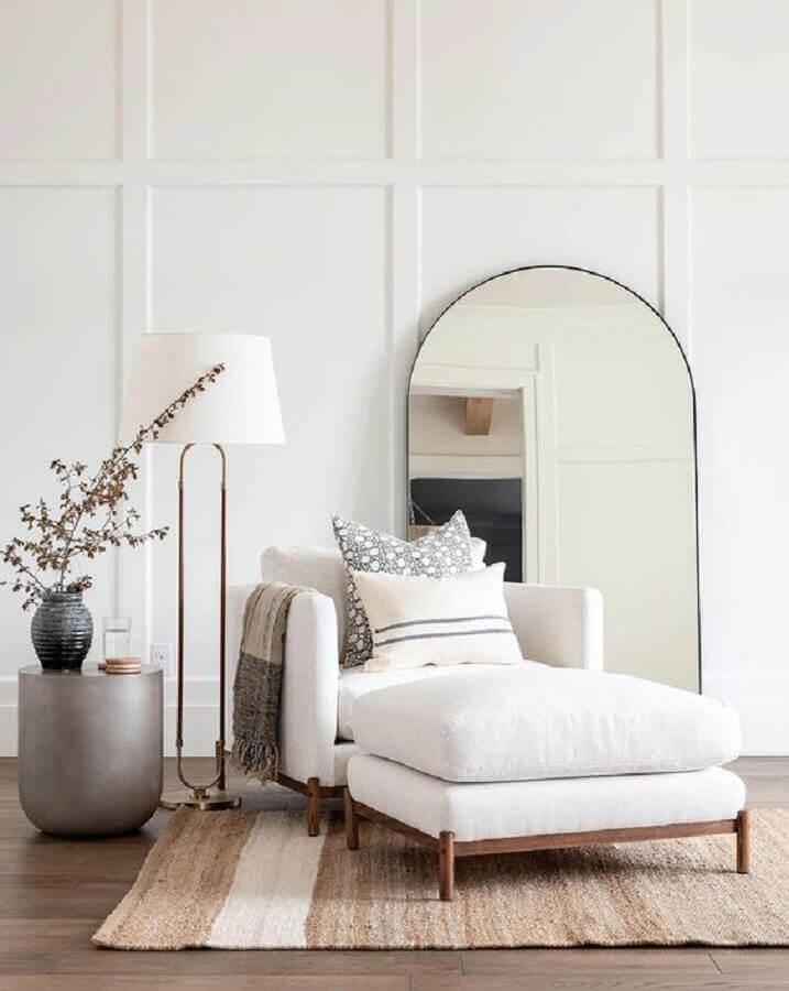 Poltrona branca para sala decorada com abajur de chão Foto Casa Tres Chic