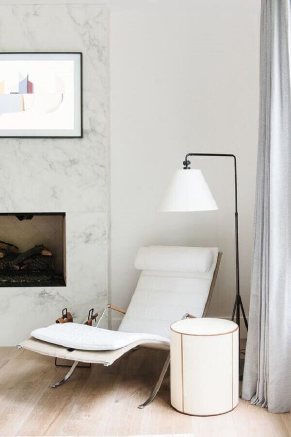 Poltrona branca para sala decorada com abajur de chão e lareira Foto Studio McGee