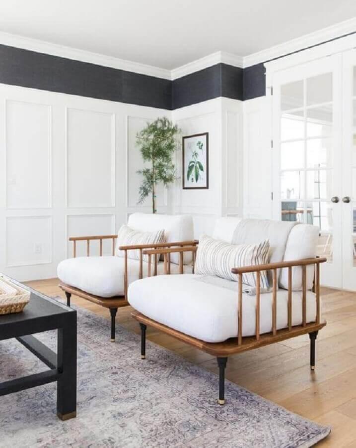 Poltrona branca para sala decorada com tapete cinza Foto McGee e Co.