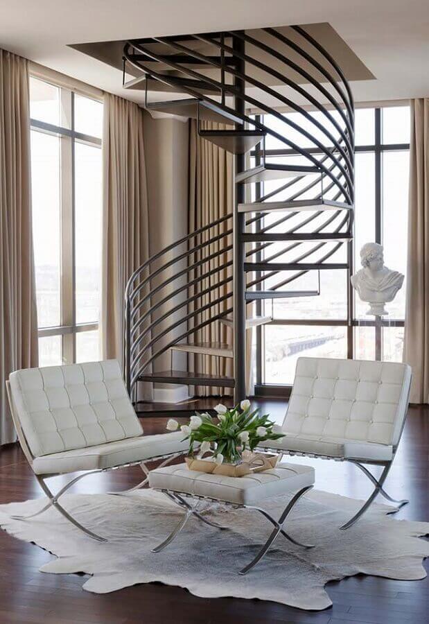 Poltrona branca para sala decorada com tapete de couro e escada caracol Foto Decor Fácil