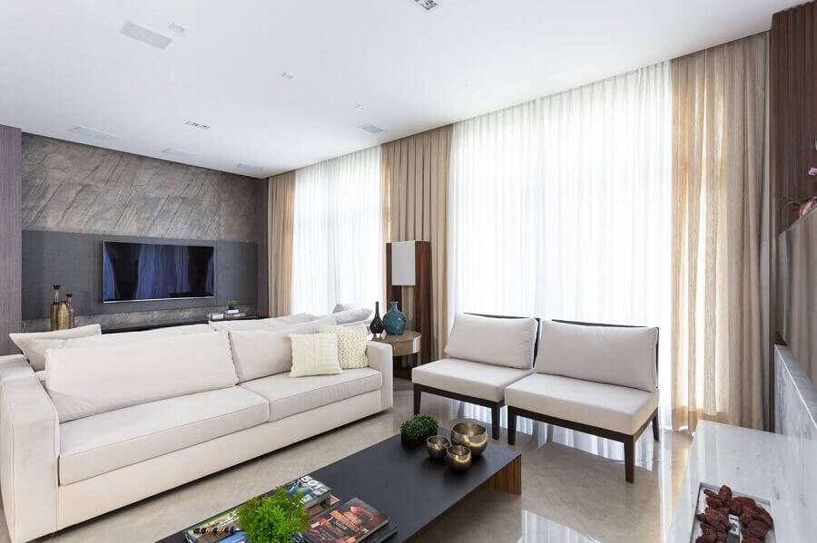 Poltrona branca para sala moderna decorada com painel para TV Foto Alex Bonilha
