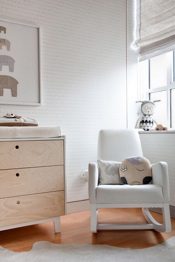 Poltrona de amamentação branca para decoração de quarto de bebê com papel de parede delicado Foto Gabriels Elephant Nursery