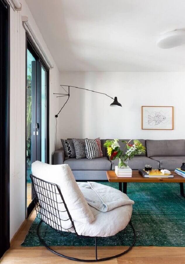 Poltrona decorativa branca para sala decorada com sofá cinza e tapete verde Foto Leila Viegas