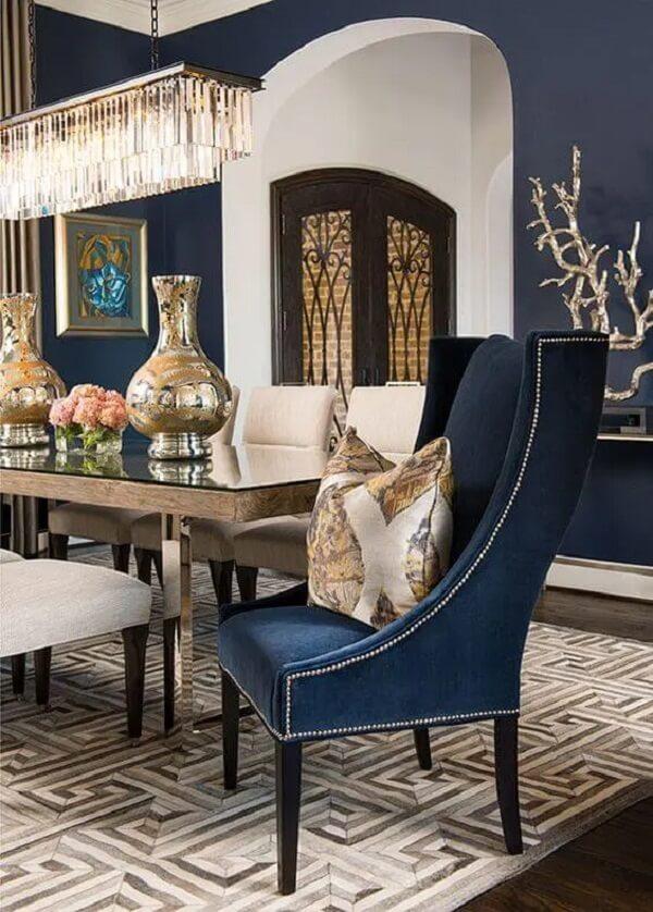 Poltrona para mesa de jantar azul marinho em destaque. Fonte: Ibb Design
