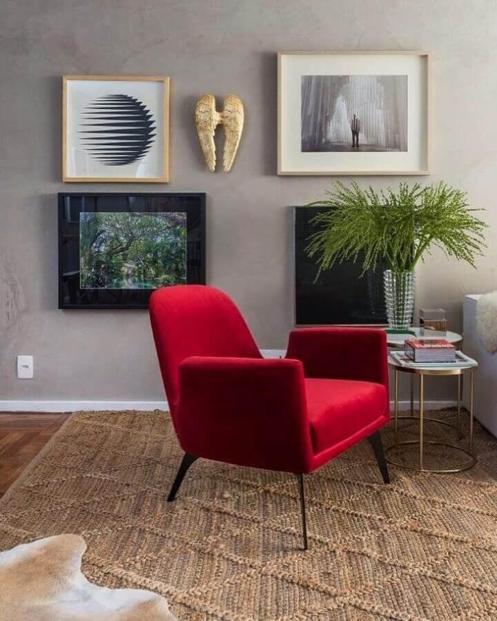 Poltrona vermelha para decoração de sala com plantas artificiais Foto Paola Ribeiro Interiores