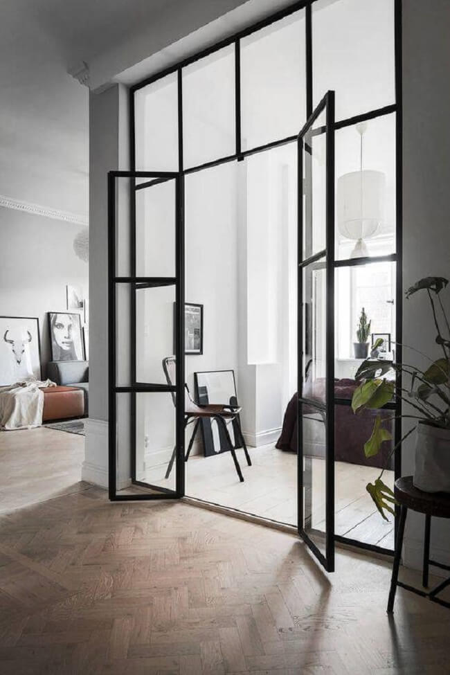 Porta de vidro para sala pequena separa ambientes. Fonte: We Heart It