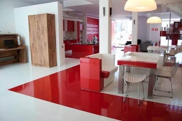Projeto com piso vermelho e branco feito com porcelanato líquido. Fonte: Montante