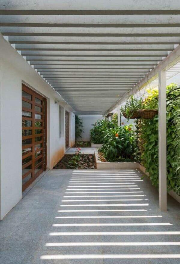 Projeto de casa com pergolado de concreto na parede. Fonte: Decor Fácil