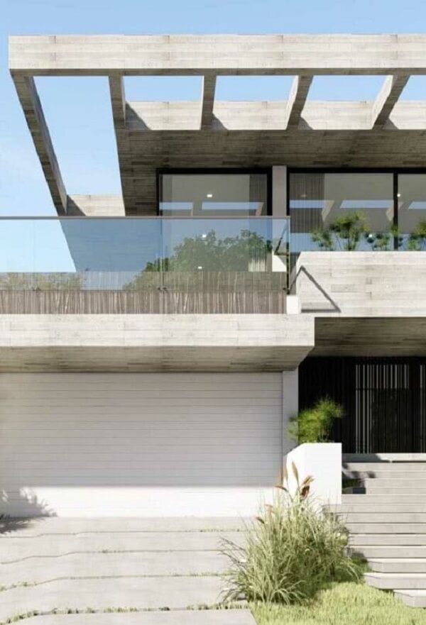 Projeto de fachada com pergolado de concreto e guarda corpo de vidro. Fonte: Decor Fácil