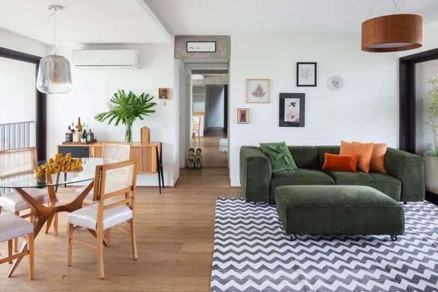 Projeto sala de estar e jantar integradas decoradas com sofá verde e mesa redonda de vidro Foto MPA Arquitetos