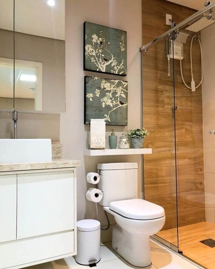 Quadros para decoração de banheiro com piso de madeira no box Foto Luana Giusti