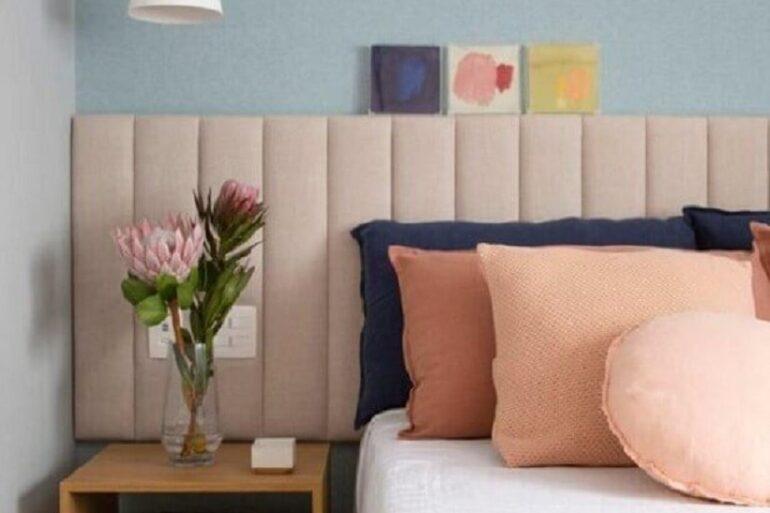 Quarto azul decorado com almofadas diferentes e cabeceira de cama box rosa estofada Foto Amanda Miranda Arquitetura