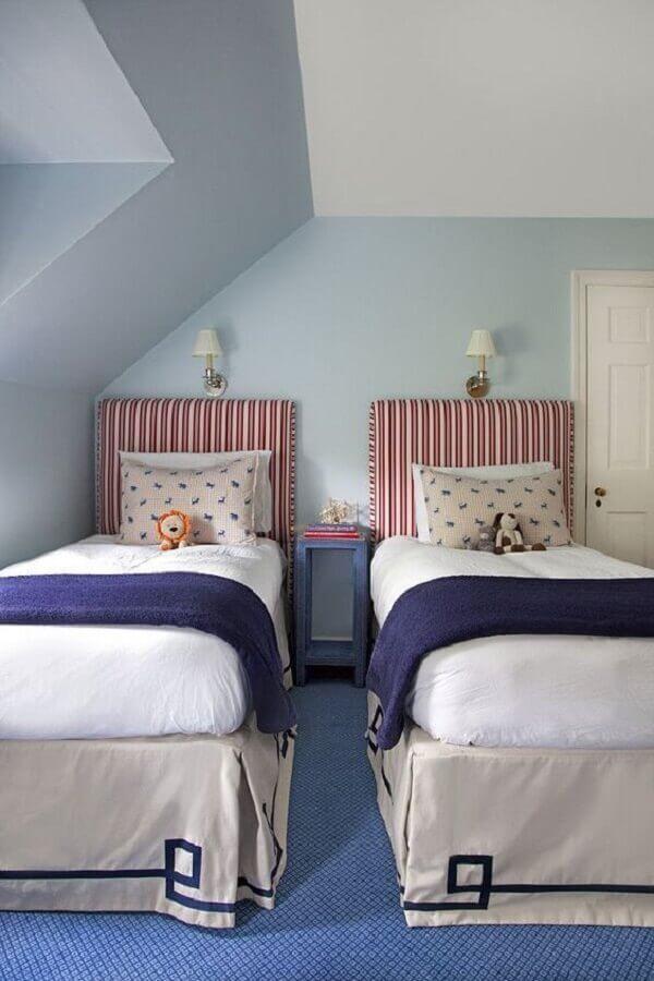 Quarto azul e branco decorado com cabeceira de cama box solteiro estofada Foto Casa Tres Chic