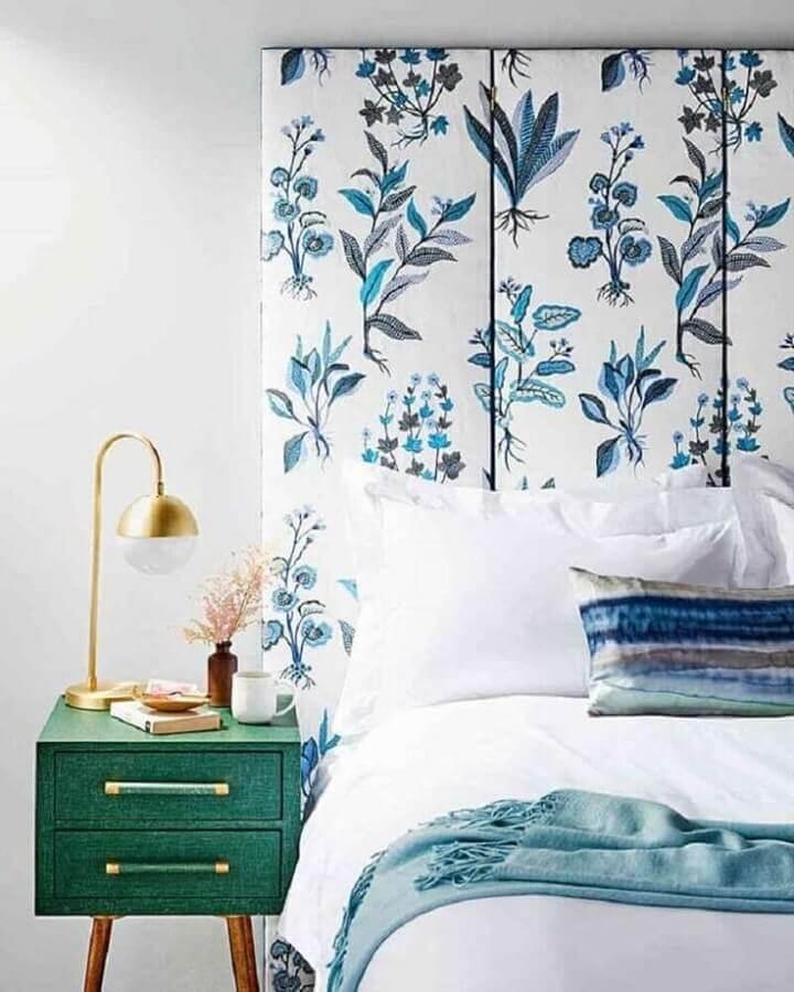 Quarto branco decorado com cabeceira almofadada estampada e criado mudo retro Foto Home Fashion Trend