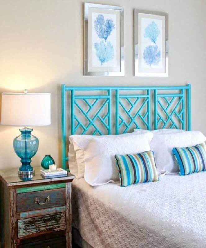 Quarto branco decorado com cabeceira cor ciano e criado mudo antigo Foto Beach Bliss Living