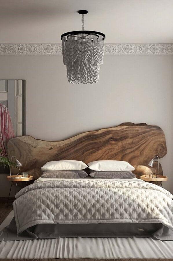Quarto cinza decorado com cabeceira de cama box de madeira rustica Foto Karla Araújo  Arquitetura + Interiores