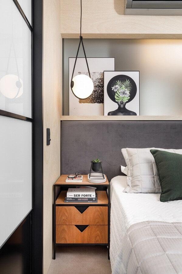 Quarto cinza moderno decorado com cabeceira almofadada planejada e luminária pendente Foto SP Studio