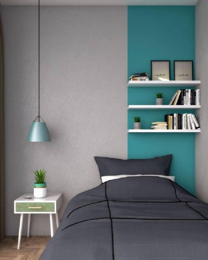 Quarto cinza moderno decorado com faixa de parede cor ciano Foto Interior Design Ideas