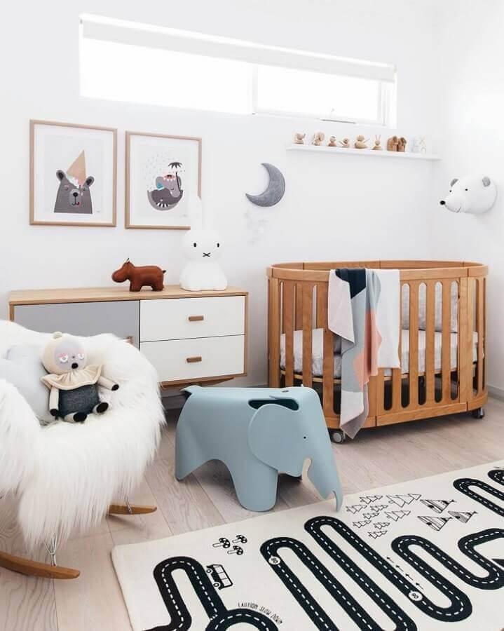 Quarto de bebê branco decorado com tapete lúdico e berço de madeira Foto Tarina Wood