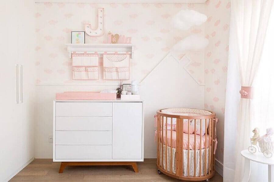 Quarto de bebê branco e rosa decorado com mini berço de madeira Foto Decor Fácil