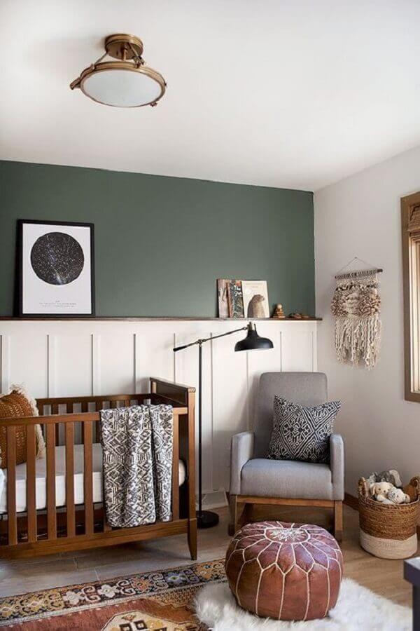 Quarto de bebê branco e verde simples decorado com berço de madeira e puff de couro Foto Bre Purposed